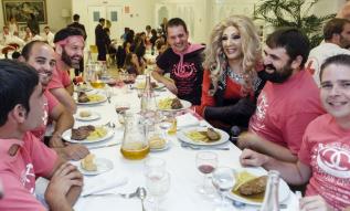 divertida cena con espectaculo para despedidadas de soltero en Salamanca